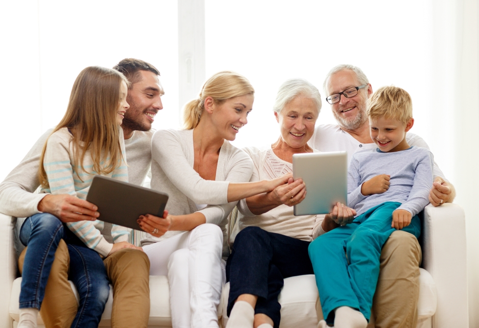 Amazon celebra el 'Abuelos Day' para que entiendan en qué trabajan sus nietos