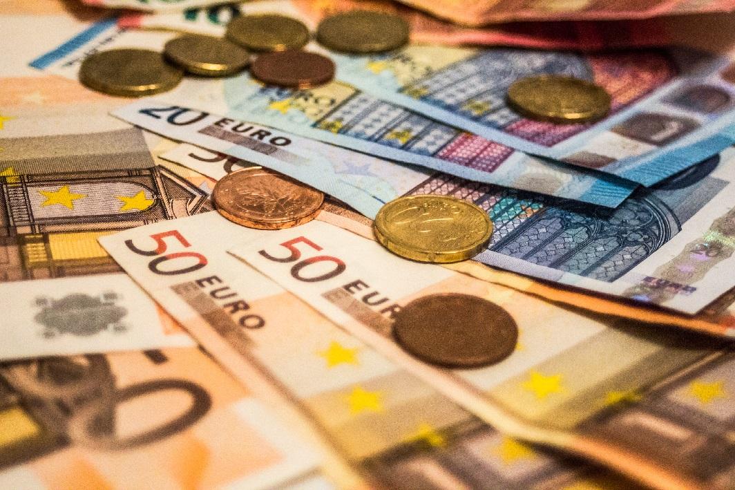 El dinero en efectivo desafía a los medios de pago online