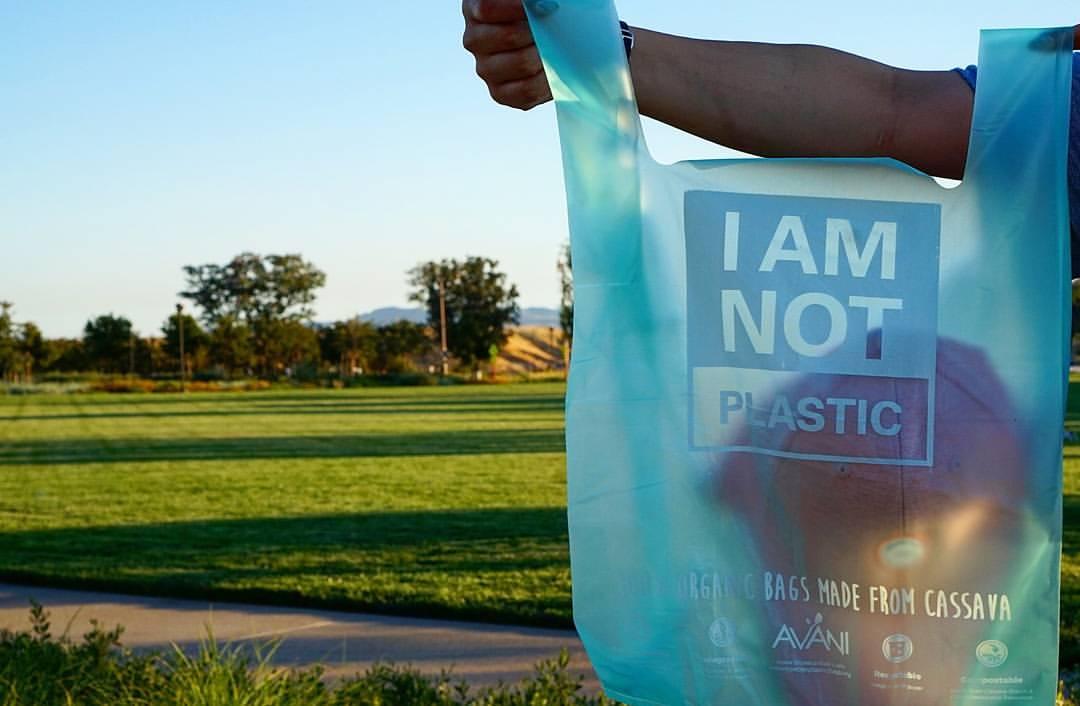 Frente a la contaminación de los Océanos… bolsas comestibles