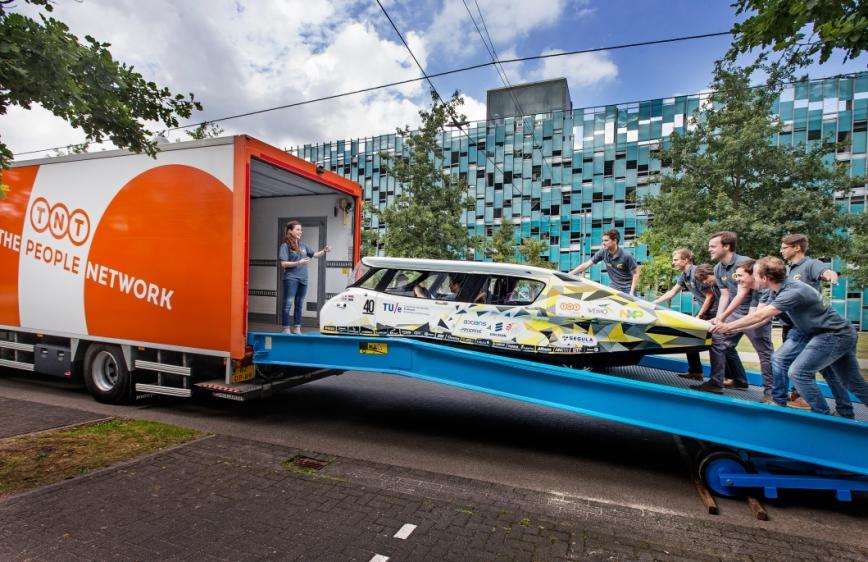 TNT transporta un coche solar a Australia para participar en 'World Solar Challenge'
