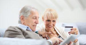 """Con más tiempo libre para navegar por Internet, así como unos ingresos estables para adquirir productos y servicios a través de la red, los consumidores mayores de 50 años son más propensos a la compra online que los consumidores más jóvenes. De ahí que los millennials hayan dejado de ser el foco principal del comercio electrónico, cediendo un trozo importante del pastel a esta generación. Ya son muchos los estudios que indican que el gran aumento del uso de Internet por los mayores de 65 años. Una investigación de Webloyalty, realizada por especialistas en marketing online e eCommerce, explica que existen algunos principios que unifican a este sector de la sociedad. Por ejemplo, un 91% de los mayores de 55 años en los Países Bajos valora los comentarios en las tiendas online. Sobre las barreras a la hora de comprar online, un 65% declara el no ser capaz de sentir o ver el producto, un 39% le preocupa su fiabilidad, al 37% la obligación de pagar por adelantado, y al 34% la falta de contacto personal. Precisamente el último factor llama la atención puesto que tan sólo el 15% de jóvenes entre 18 y 30 años ven esto como una razón para no comprar por Internet. Esta generación de mayores irá creciendo paulatinamente ya que en 2050 habrá más personas que superen los 65 años que niños menores de 14. De hecho, previsiblemente el número de adultos mayores de 80 se verá cuadruplicado en 395 millones. Tal como explican los últimos datos de la ONS, el número de personas de 55 a 64 años que han utilizado la red recientemente aumentó un 12%, pasando del 74,7% en 2011 al 86,7% en 2015. El porcentaje aumentó del 52% al 70% en personas de entre los 65 y 74 años de edad. Si bien los mayores de 50 pasan 27 horas por semana en Internet con una duración por sesión de 3,5 horas, su actividad en medios sociales crece igualmente, siendo 1 de cada 5 los que son usuarios de Twitter, Tal como manifiesta el """"Estudio On Line Shoppers de Webloylty"""", a partir de los 45 años el porcentaje de uso d"""