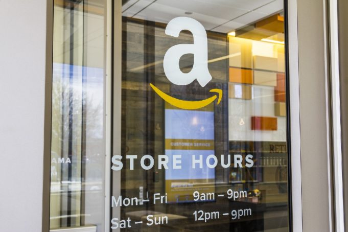 Amazon da el 'sí, quiero' a la moda nupcial y sigue apostando por las librerías físicas