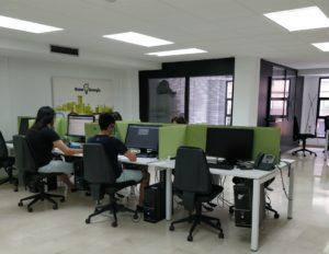 Oficinas y equipo gana energía