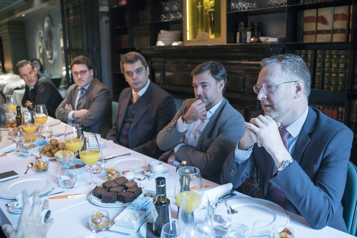 Foto mesa Think Tank DIR&GE claves digitalizar