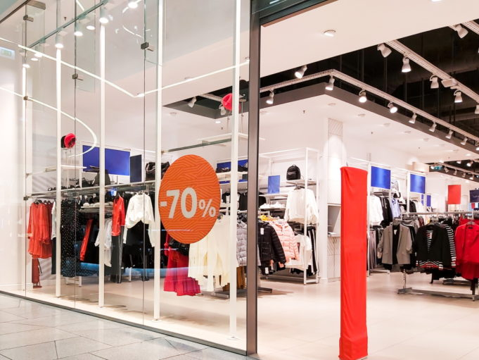 La prohibición de las rebajas en las tiendas físicas indigna al comercio