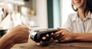 El-70-por-ciento-de-los-españoles-ha-reducido-o-abandonado-el-pago-en-efectivo-a-favor-de-alternativas-como-las-tarjetas-o-el-movil