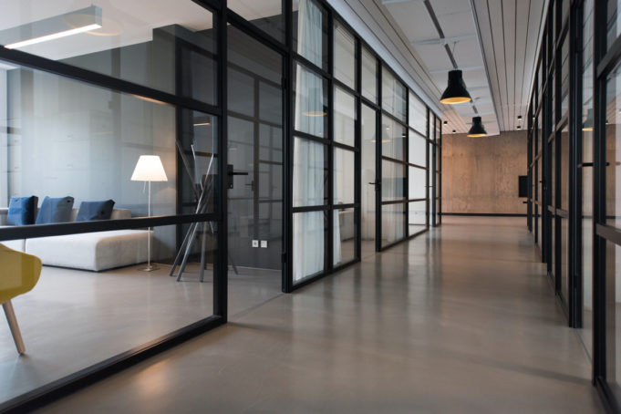 modelo-trabajo-hibrido-tendencia-consolida-vuelta-oficina